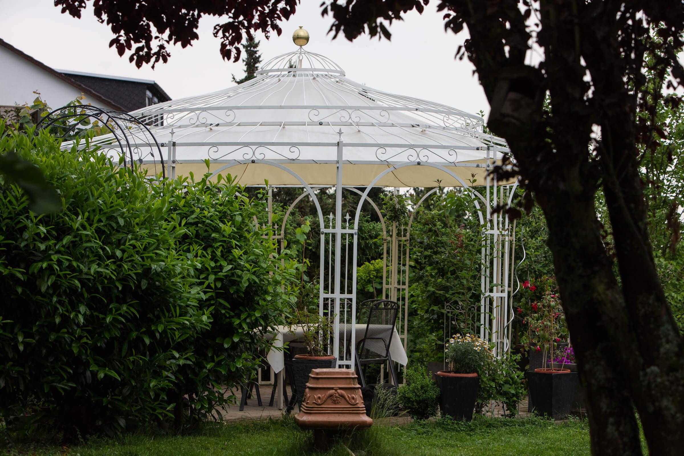 Gartenpavillon Toskana mit Sonnensegel, pulverbeschichtet in Sonderfarbe Weiß