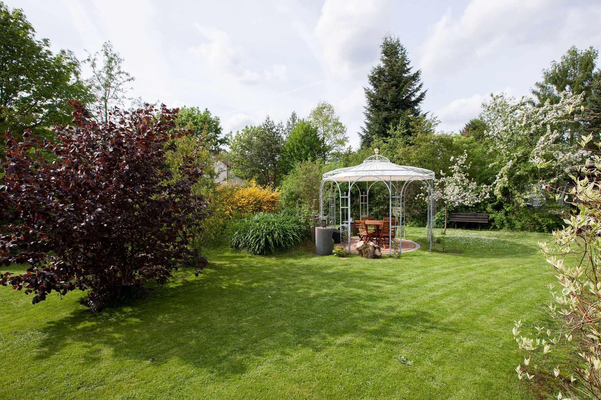 Gartenpavillon Florenz mit Messingkugel und Sonnensegel, feuerverzinkt