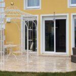 Gartenpavillon Milano mit Messingkugel, pulverbeschichtet in Sonderfarbe Weiß