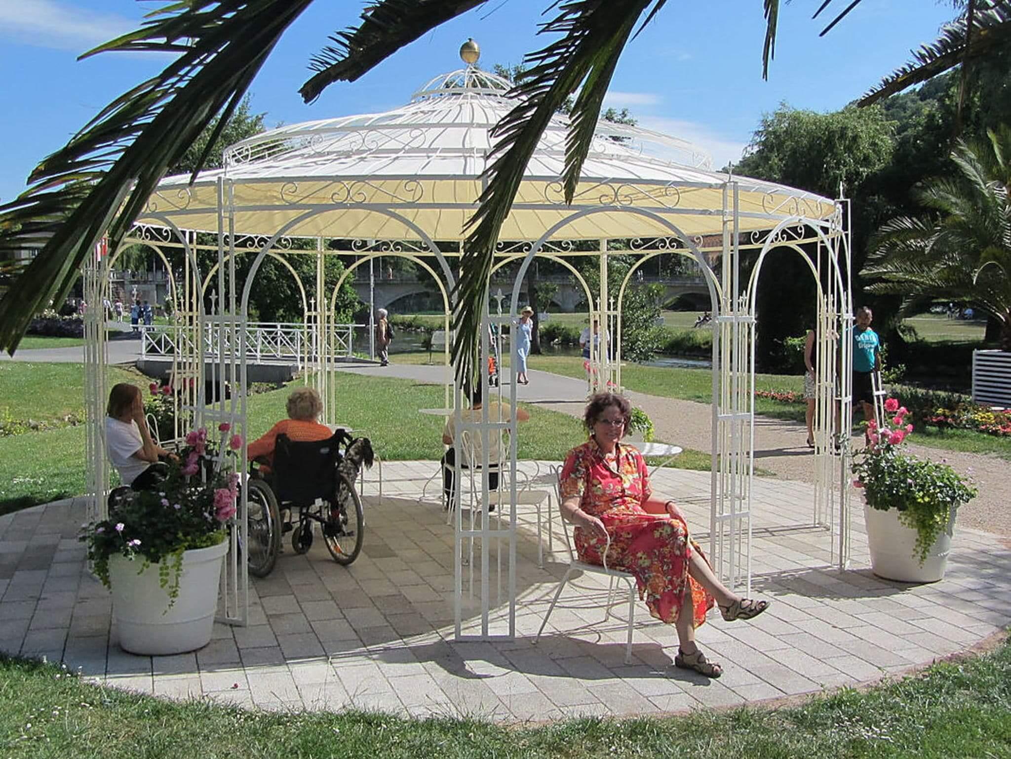 Gartenpavillon Toskana mit Messingkugel und Sonnensegel, pulverbeschichtet in Sonderfarbe Weiß