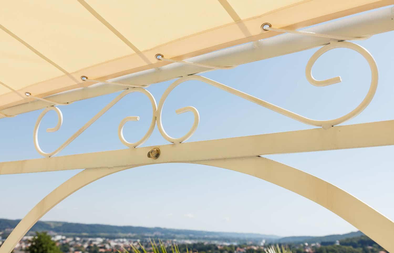 Gartenpavillon Verona mit Sonnensegel, Detailaufnahme S-Dekor, pulverbeschichtet in Sonderfarbe Weiß. Wir empfehlen das Sonnensegel am unteren Ring zu befestigen.