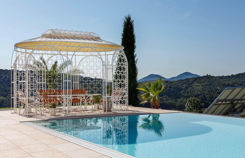 Pavillon Verona - als Sonnenschutz am Pool in Sonderfarbe mit Rankgitter Rosa und Sonnensegel
