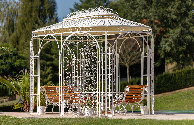 ©ELEO Pavillon: Metall trifft Holz - Die romantischen Sitzbänke unterstreichen den Charakter des Pavillons perfekt.