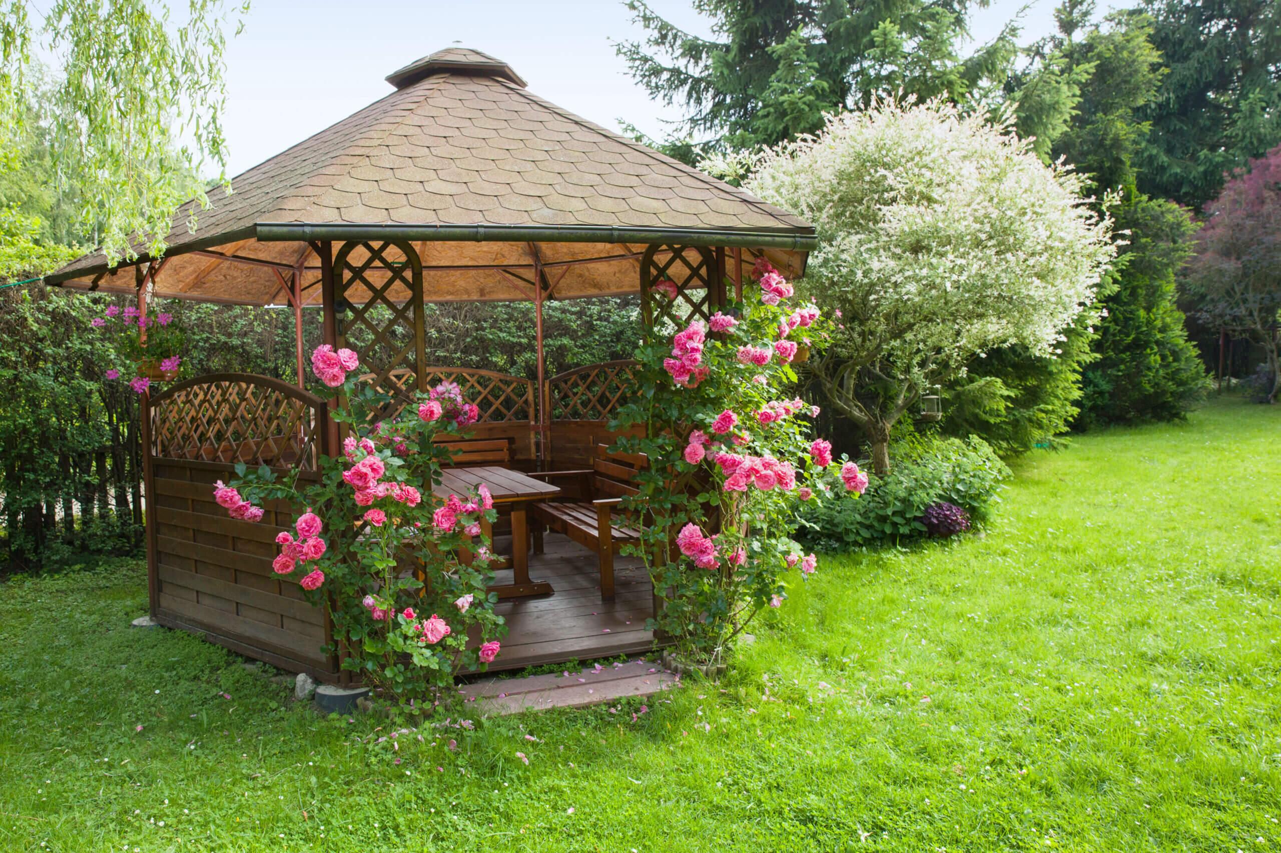 ©Alina G / AdobeStock: Gemütlich und rustikal wirkt diese Pavillon Einrichtung. An den drei Holzbänken finden Freunde und Familie genügend Platz.