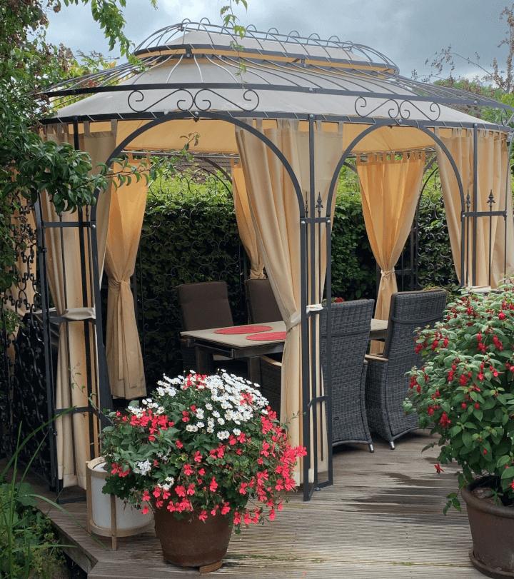 ©ELEO Pavillon: Ein Essbereich im Freien - ein ovaler Pavillon bietet genügend Platz für die ganze Familie.