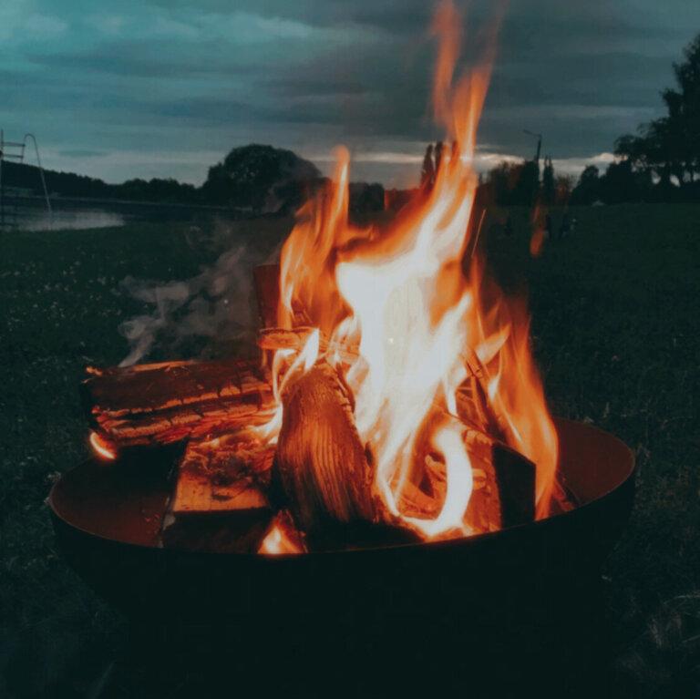 Feuerschale aus Metall mit brennendem Lagerfeuer